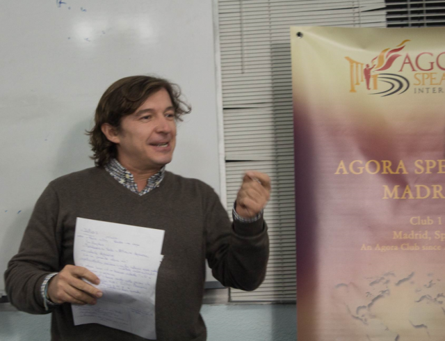 Bosco Montero, evaluating a speech at an Agora Speakers Madrid meeting